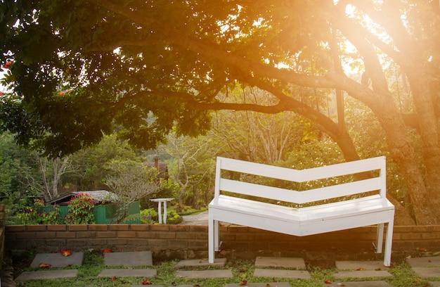 Cadeira no jardim Foto gratuita