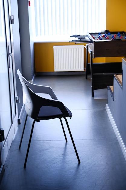 Cadeira preta no corredor do apartamento Foto Premium