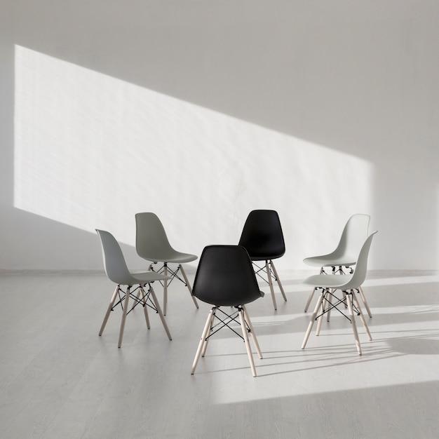 Cadeira simples em uma sala de clínica branca Foto gratuita