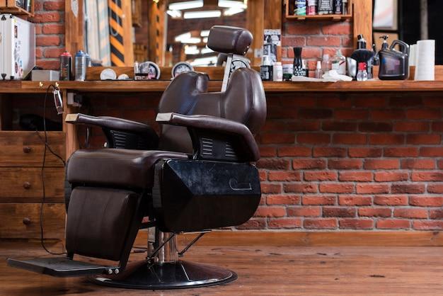 Cadeira vazia de ângulo baixo na barbearia Foto Premium