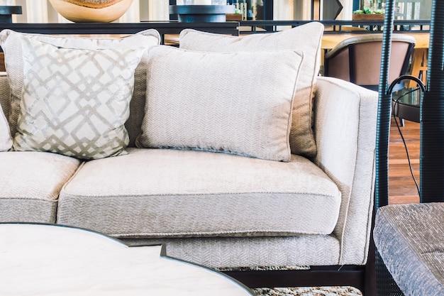 Cadeira vazia e sofá Foto gratuita
