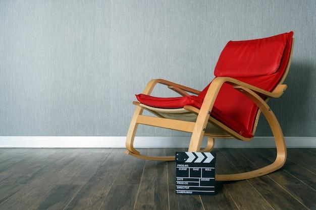 Cadeira vermelha e claquete com espaço para texto Foto Premium