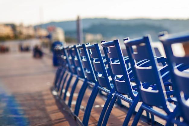 Cadeiras azuis na promenade des anglais em nice, frança Foto Premium