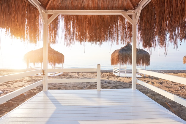 Cadeiras brancas no famoso resort de praia amara dolce vita luxury hotel. recorrer. tekirova-kemer. peru. Foto gratuita