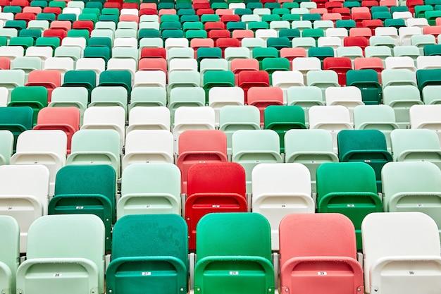 Cadeiras coloridas em um estádio de futebol Foto Premium