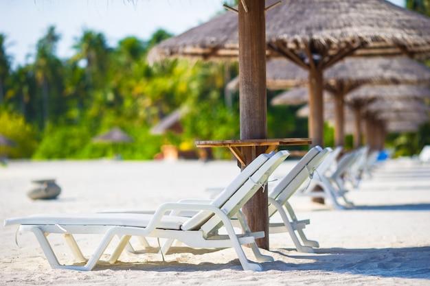 Cadeiras de madeira da praia para férias na praia tropical Foto Premium