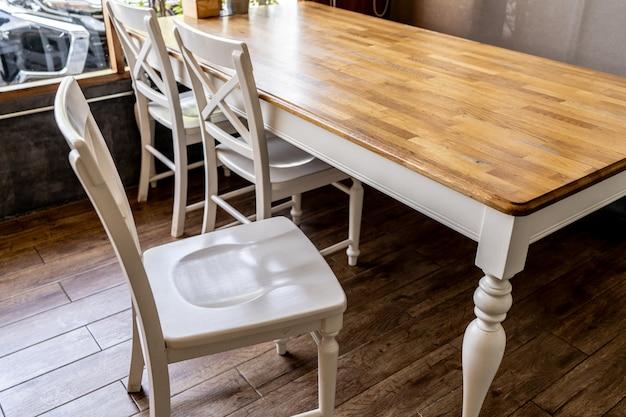 Cadeiras de madeira e balcões no café Foto Premium