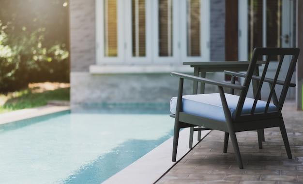 Cadeiras de piscina ao lado da piscina Foto Premium