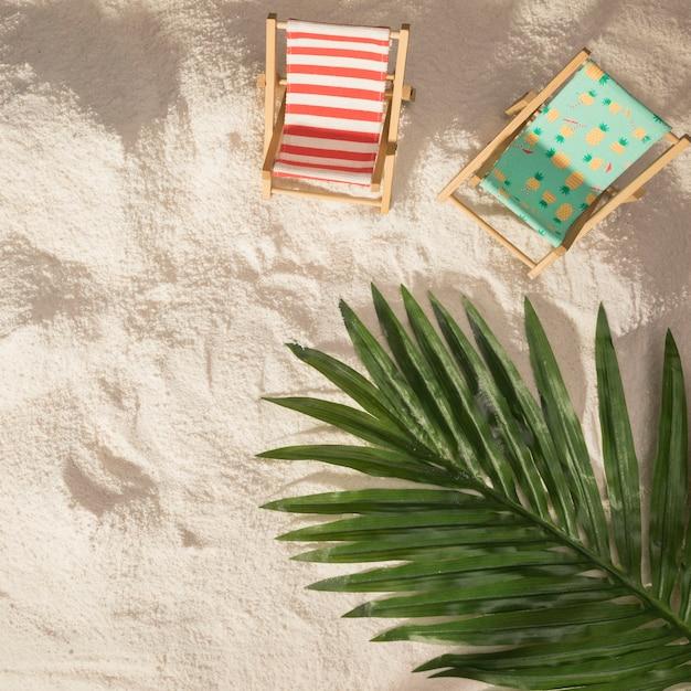 Cadeiras de praia em folha de palmeira e brinquedos Foto gratuita
