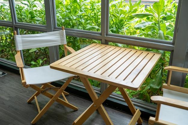 Cadeiras e balcões de madeira, bar café, mesa de assento Foto Premium