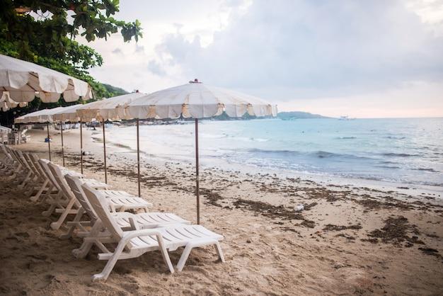 Cadeiras e guarda-chuvas na praia na ilha de samet, koh samet thailand. Foto Premium