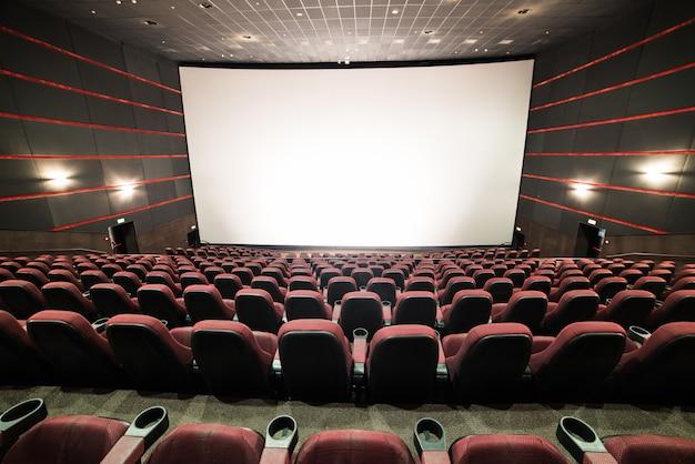 Cadeiras em branco em uma sala de cinema com uma tela em branco Foto Premium