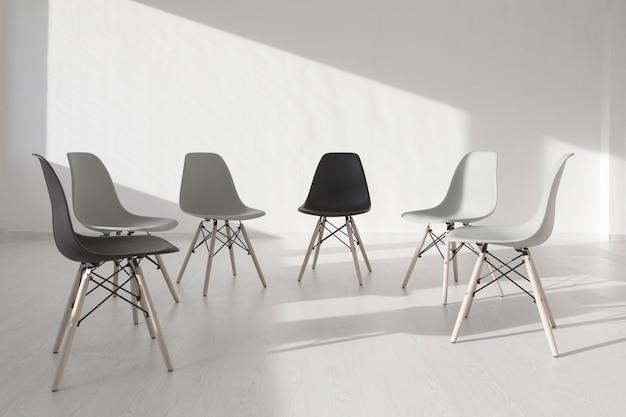 Cadeiras em uma sala de clínica branca Foto gratuita