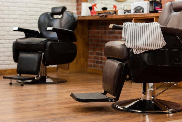 Cadeiras vazias de couro profissional de barbearia Foto gratuita