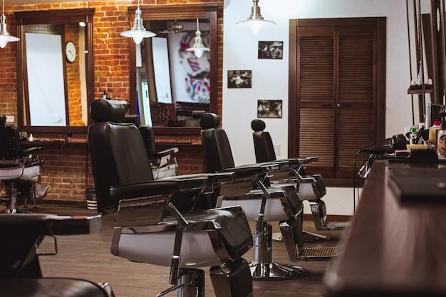 Cadeiras vintage na barbearia Foto gratuita