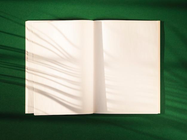 Caderno aberto de vista superior com sombras Foto gratuita