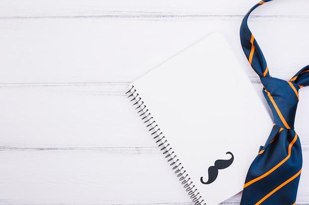Caderno com bigode ornamental e gravata Foto gratuita