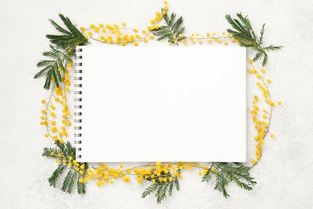 Caderno com flores da primavera Foto gratuita