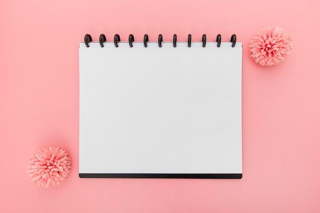 Caderno com flores Foto gratuita