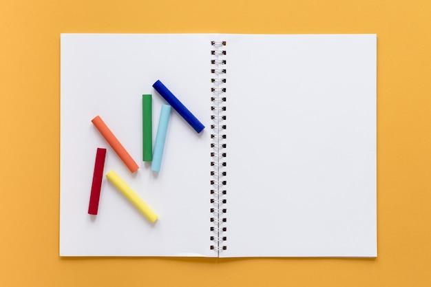 Caderno com giz de cera Foto gratuita
