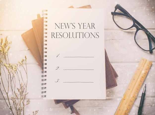 6e5d9b779e8b7 Caderno com massagem de resoluções de ano novo, óculos e ornamento ...