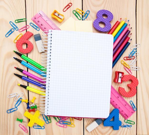 Caderno com material escolar Foto Premium