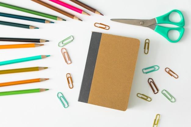 Caderno com mochilas escolares Foto gratuita