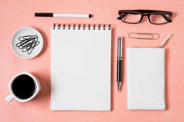 Caderno com vista superior e xícara de café Foto gratuita
