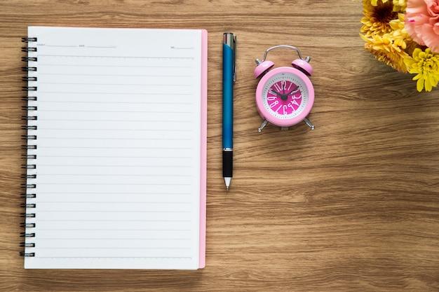 Caderno de papel em branco de vista superior no espaço de trabalho Foto gratuita