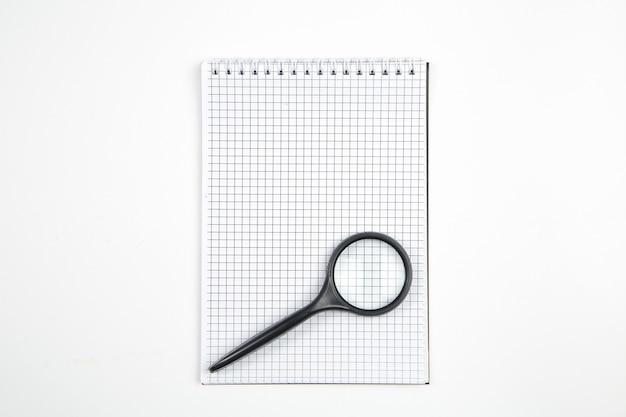 Caderno de papel em fundo branco isolado. vista do topo. configuração plana. brincar Foto Premium