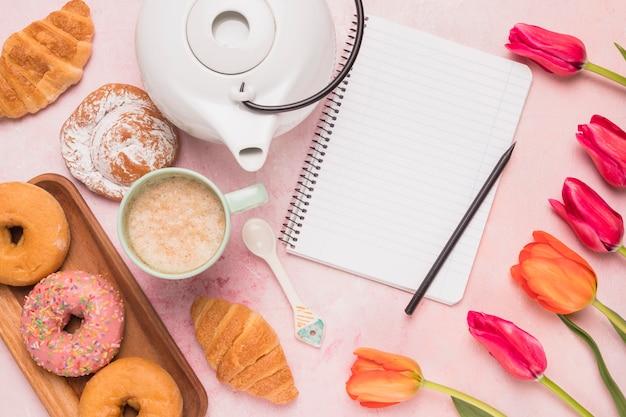 Caderno de quadro com ruptura de café doce e tulipas Foto gratuita