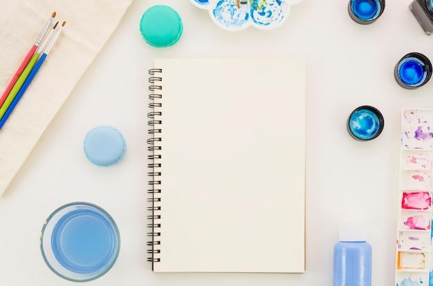 Caderno de vista superior com aquarela Foto gratuita