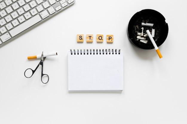 Caderno de vista superior com cinzeiro Foto gratuita