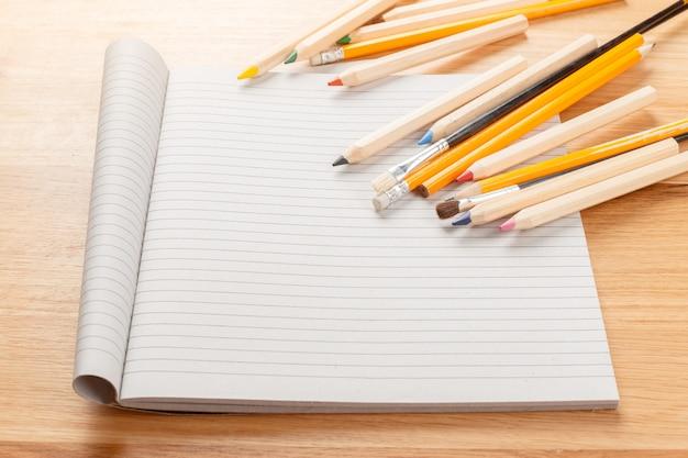 Caderno e lápis Foto Premium