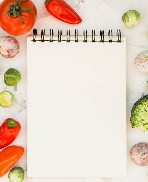 Caderno e legumes Foto gratuita