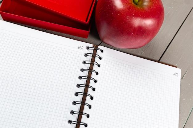 Caderno e maçã Foto Premium