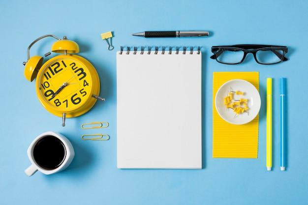 Caderno e xícara de café na horizontal Foto gratuita