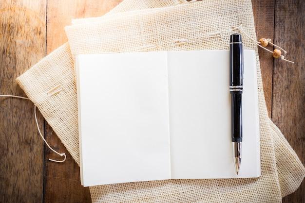 Caderno em branco com caneta Foto Premium