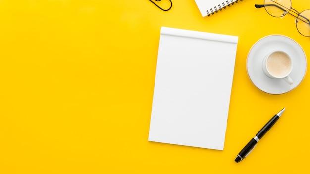 Caderno em branco de vista superior Foto gratuita