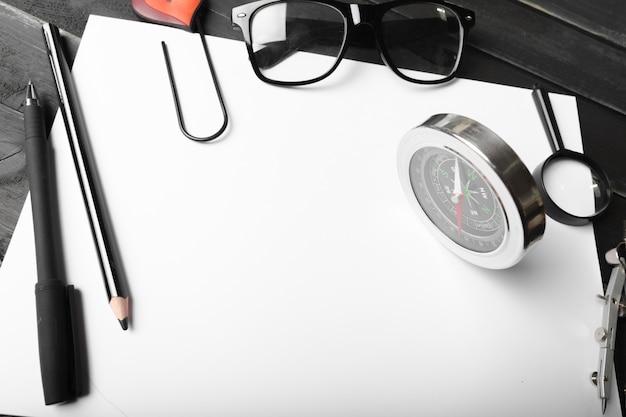Caderno em branco e lápis com óculos na mesa de madeira Foto Premium