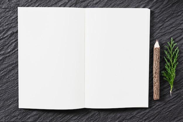 Caderno em branco na mesa com lápis de natureza Foto Premium