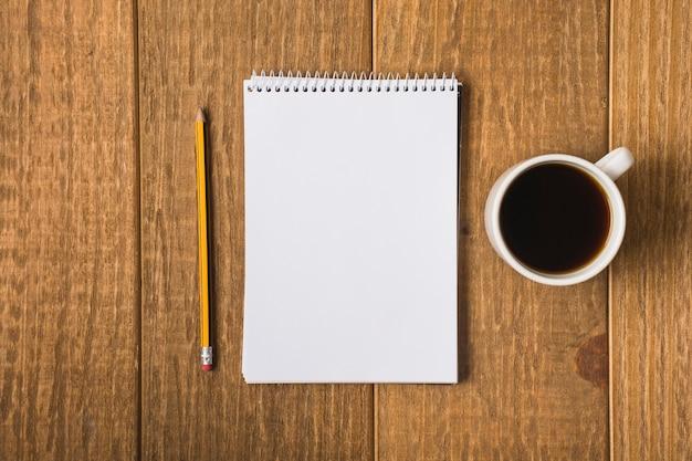Caderno em branco na mesa Foto gratuita