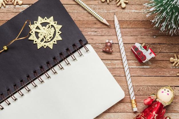 Caderno em branco para maquete na madeira para o fundo de natal Foto Premium