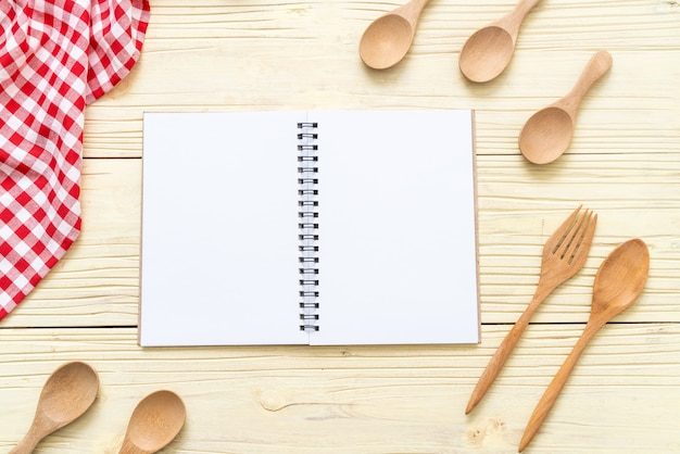 Caderno em branco para nota de texto na superfície de madeira Foto Premium