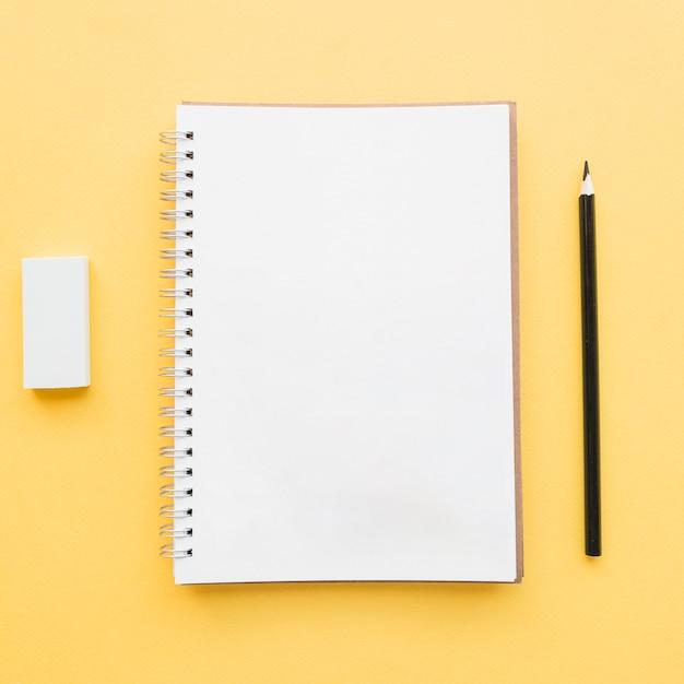 Caderno em branco para o conceito de escola Foto gratuita