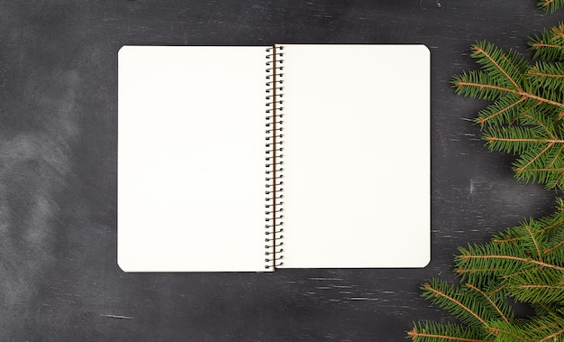Caderno espiral aberto com folhas brancas em branco Foto Premium