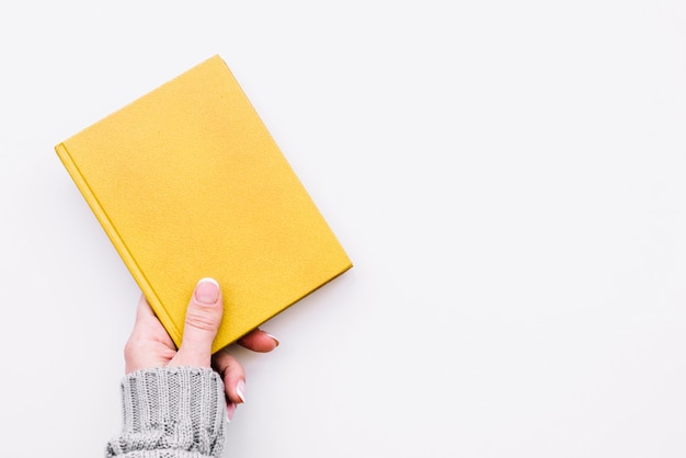 Caderno fechado de exploração de mão Foto gratuita