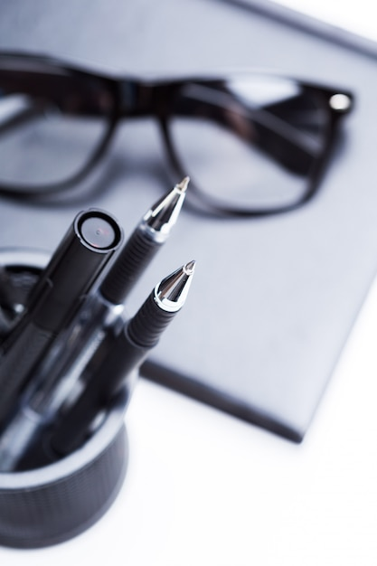 Caderno, lápis e óculos Foto Premium