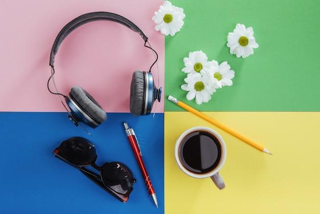 Caderno, lápis, óculos, café e flores brancas perfumadas. Foto Premium
