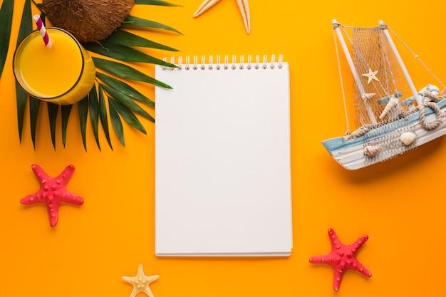 Caderno liso leigo com conceito de férias Foto gratuita
